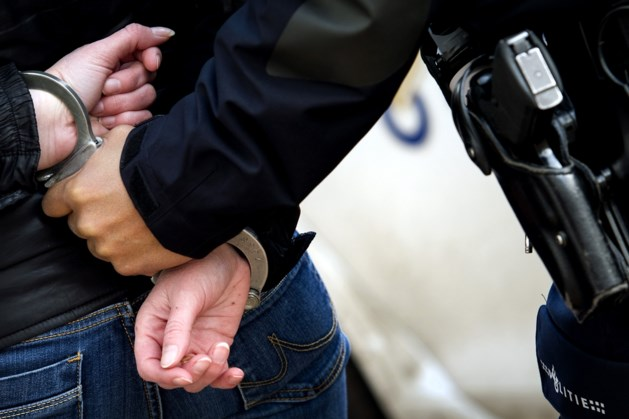 Bestelbus met vaten, politie houdt twee personen aan