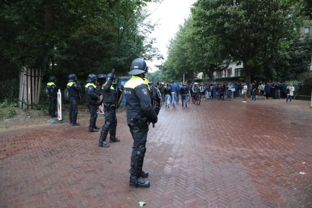 ME in actie: Roemeense stemmers klimmen over hek ambassade Den Haag