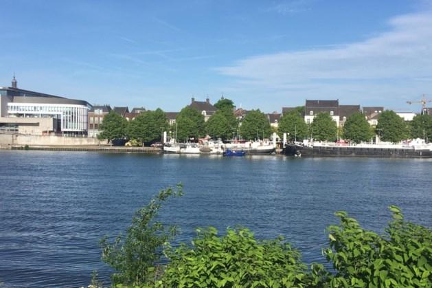 Tweetal springt van brug Maastricht, zoektocht naar vermiste