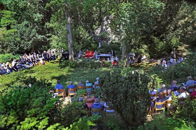 Openluchtmis bij Lourdesgrot in tuin missiehuis Steyl
