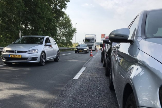 Flinke file na botsing met drie auto's op A76 bij Nuth