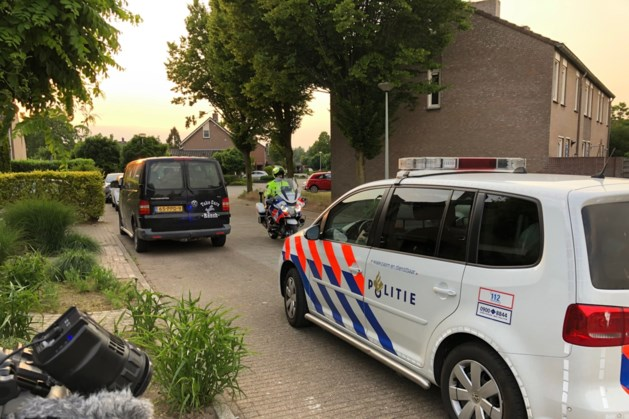 Politie lost waarschuwingsschoten voor man met messen op straat