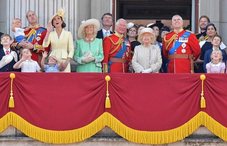 Britse prins Louis (1) steelt show tijdens balkonscène