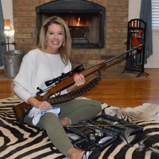 Vrouw die poseerde bij doodgeschoten giraffe: 'Ik heb er kussens van laten maken'