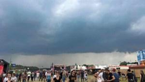 Video: Onweer en regenbuien trekken over Pinkpopterrein