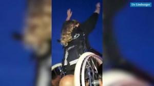 Video: Meisje wordt met rolstoel opgetild om Pinkpop-concert te kunnen volgen