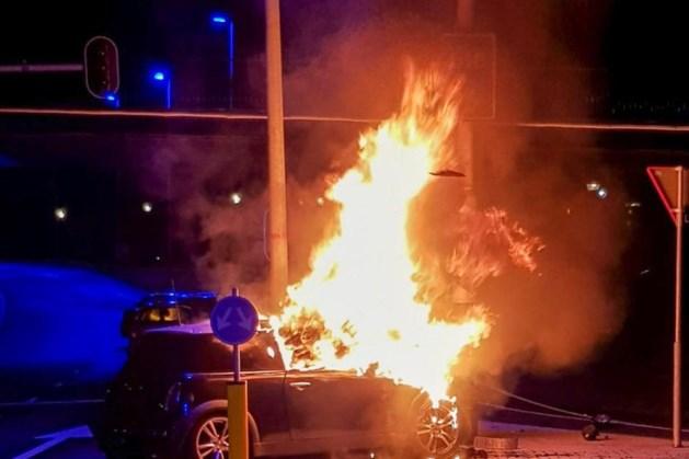 Man redt twee personen uit brandende auto bij Eindhoven Airport