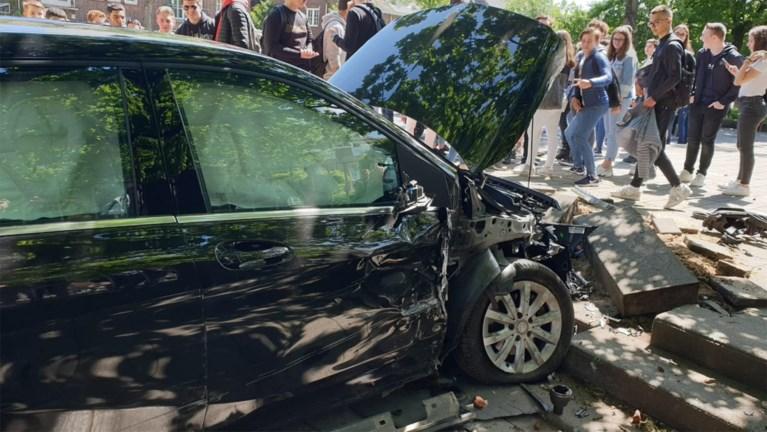 Gaspedaal blijft hangen: auto schiet door naar speelplaats school