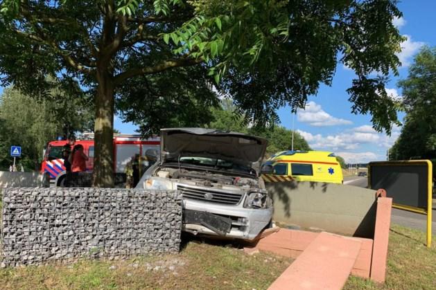 Auto schiet door tegen muur op rotonde: automobilist gewond