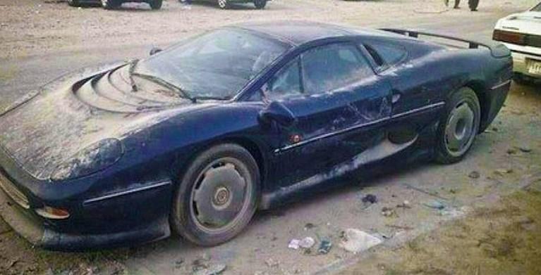 Duizenden verlaten sportwagens in de woestijn: het mysterie ontrafeld