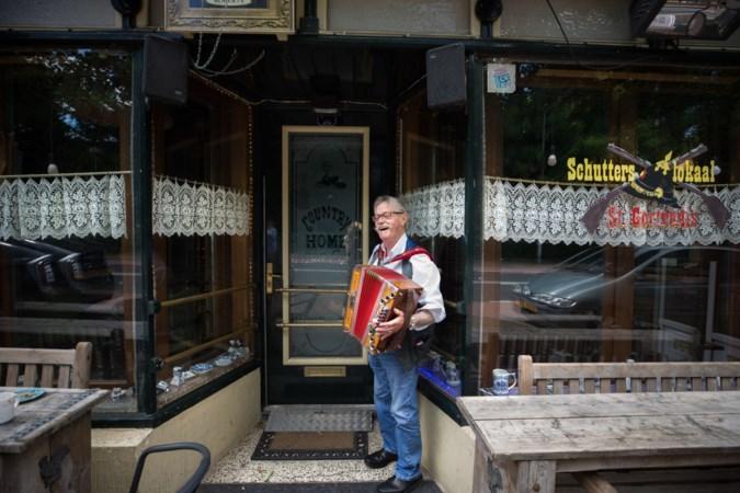 Barman en muzikant Jan van Cep (71) kan nog niet zonder zijn muziekcafé in Amstenrade