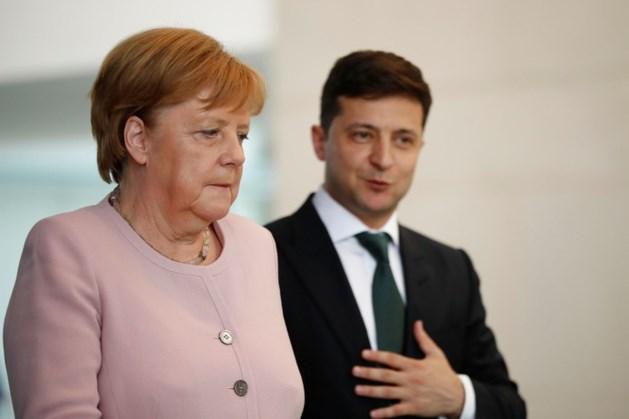 Zorgen om hevig trillende Merkel in Berlijn: 'Na drie glazen water ging het weer'