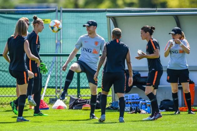 Nederlandse voetbalsters trainen met volledige groep