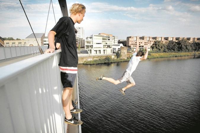 'In water springen vanaf bruggen is levensgevaarlijk'