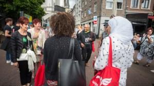 Bakkie doen met statushouders op de Sittardse Markt: 'Kost niks hoor!'