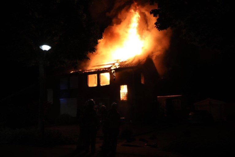 Video: Metershoge vlammen slaan uit dak woning Maria Hoop