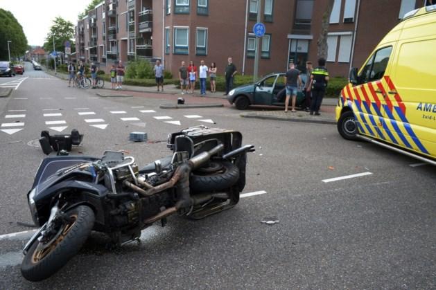 Motorrijder onderuit door botsing met personenauto