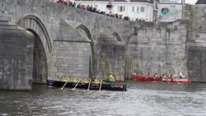 Met een sloep slalommen langs de bogen van de Sint Servaasbrug