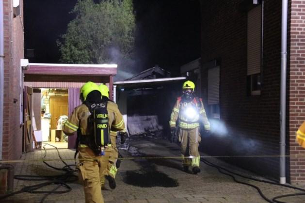 Schuur gaat in vlammen op in Posterholt: asbest vrijgekomen