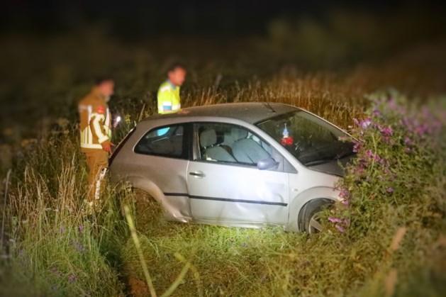 Automobilist valt vijf meter naar beneden met auto in Ohé en Laak