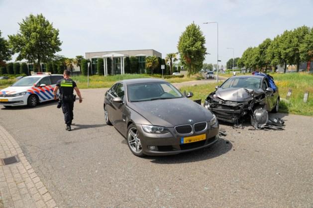 Twee auto's botsen hard tegen elkaar: één gewonde