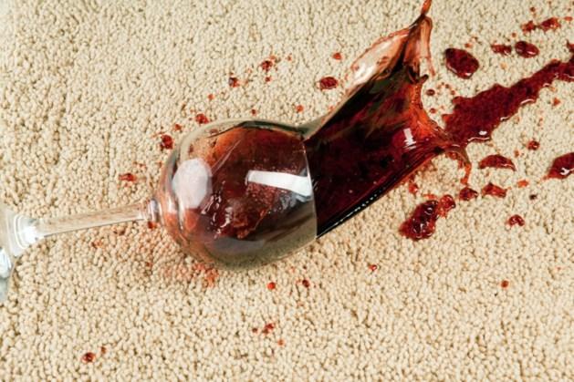 Zo krijg je een rode wijnvlek uit het tapijt