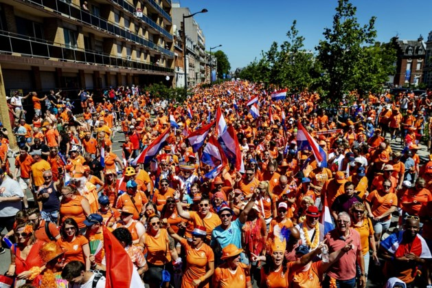 Oranjefans door de hitte naar stadion