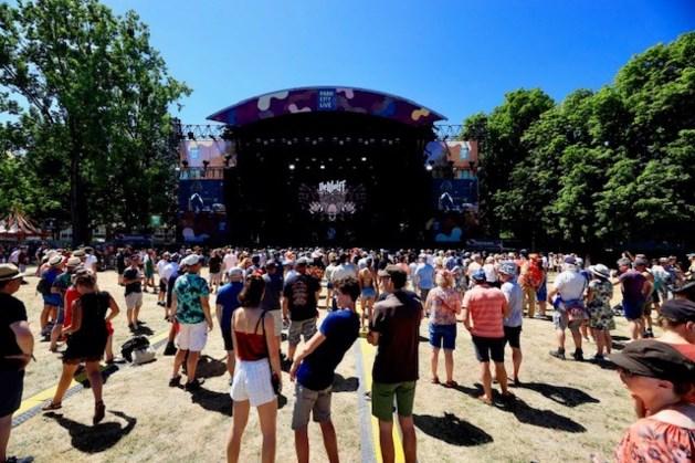 Man belandt bij sprong in publiek op festival bovenop 11-jarige jongen; verwondingen vallen mee