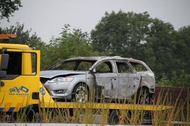 Auto in brand op A2 bij Born; twee rijstroken dicht