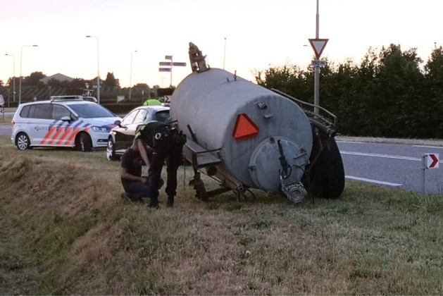 Groot wiel van aanhanger breekt af en raakt personenauto: zware schade