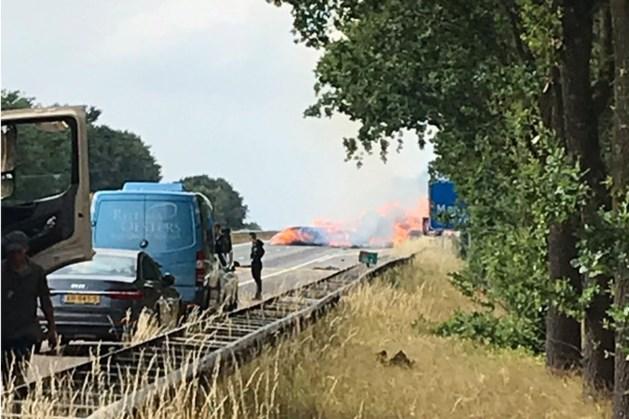 Vrachtwagen met hooibalen vliegt in brand en staat in lichterlaaie op de A2 bij Maarheeze