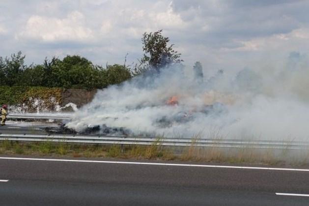 Snelweg A2 richting Eindhoven na uren weer open na hooibrand