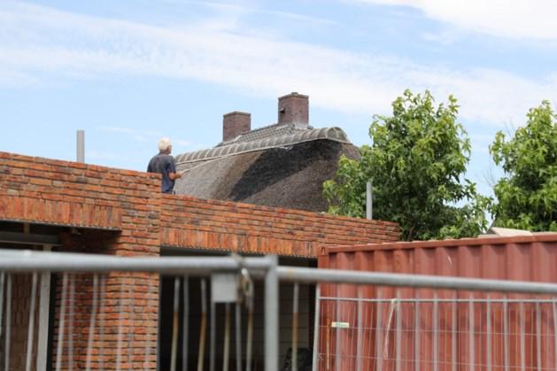 Bewoners blussen zelf brand in rieten dak in Weert