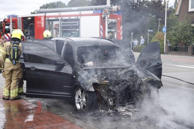 Auto vliegt in brand en gaat volledig in vlammen op