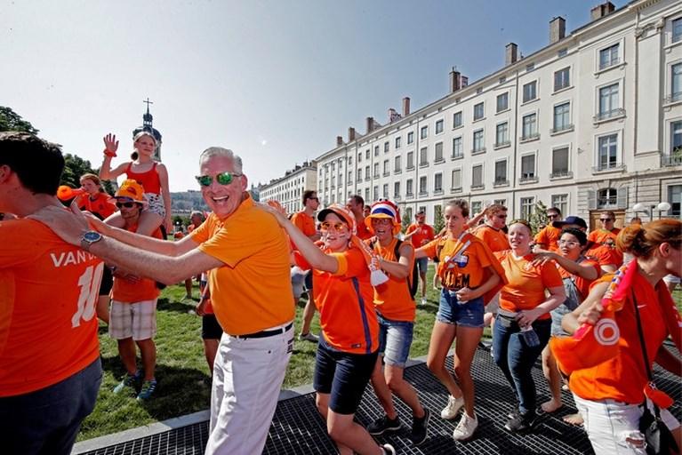 Limburgse voetbalfans Nadia en Jamila bij finale: Sari gaat ons redden!