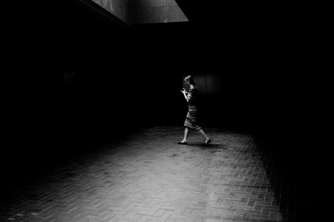 'Een jongedame met haar telefoon, in zwart-wit om de lange geschiedenis van de straatfotografie extra te eren'