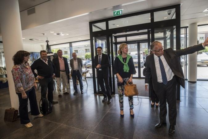 Minster Van Nieuwenhuizen hoort verhalen over vlieglawaai aan