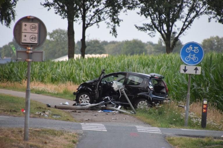 Dode en zwaargewonde bij aanrijding tussen auto en fietsers