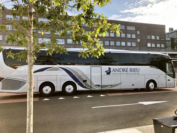 Maastrichtse Songfestival-delegatie onderweg naar Hilversum