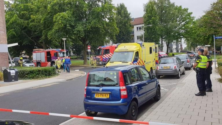 Video: Man gewond afgevoerd na explosie en brand in woning Kerkrade