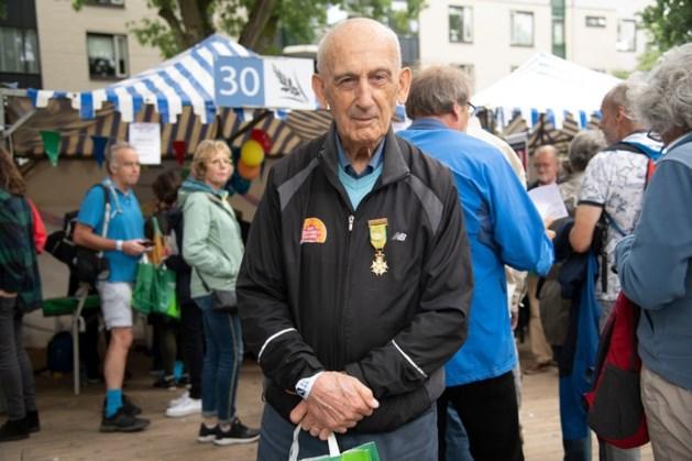 Recordhouder Vierdaagse (87) breekt sleutelbeen, mogelijk einde deelname