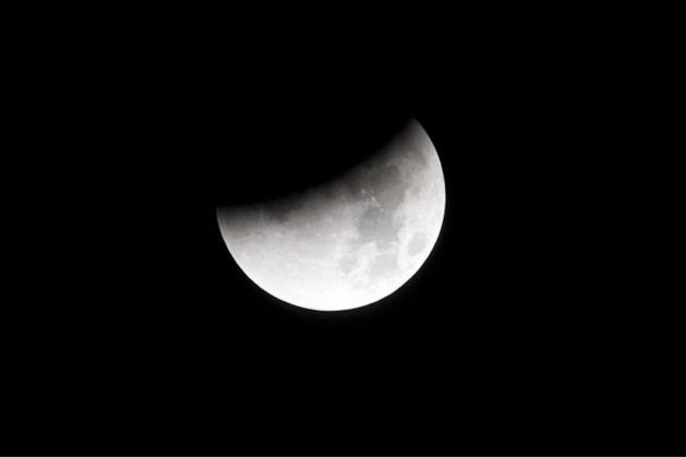 Vanavond lijkt het of er een flinke hap uit de maan is genomen