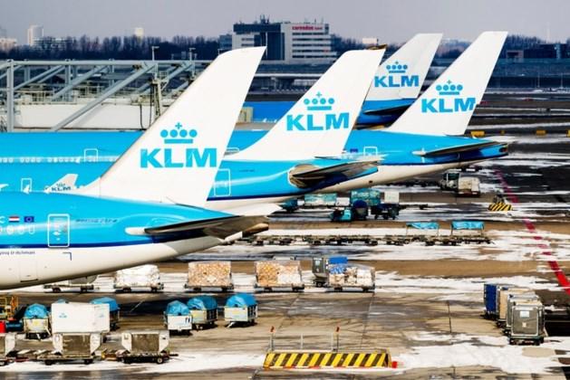 KLM onder vuur omdat moeders die borstvoeding geven zich moeten bedekken