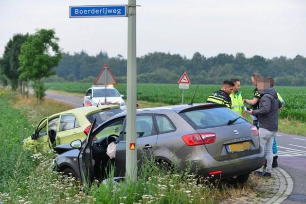 Auto's belanden in greppel na botsing