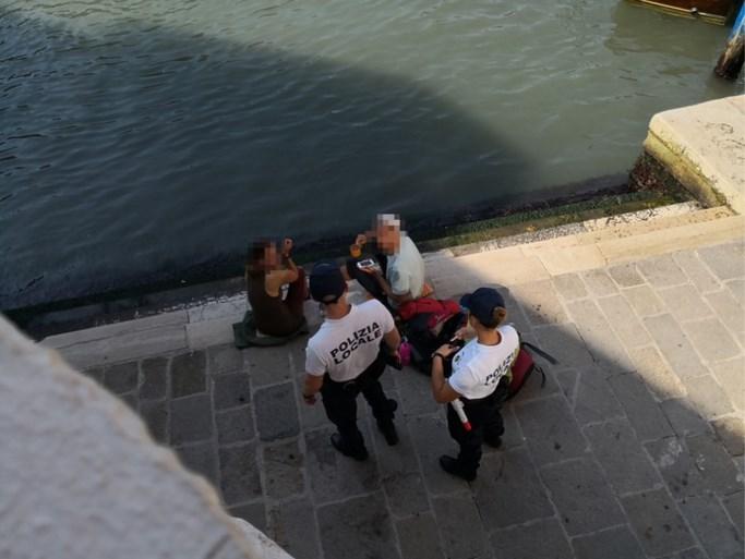 Rugzaktoeristen krijgen bijna duizend euro boete voor koffiezetten in Venetië