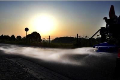 Op een warme julidag kleurt een straat in Genhout wit van het strooizout