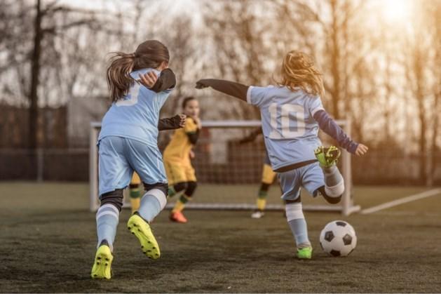 Uitgifte materialen jeugdleden voetbalclub Eijsden
