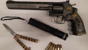 Politie vindt na tip meerdere wapens in woning