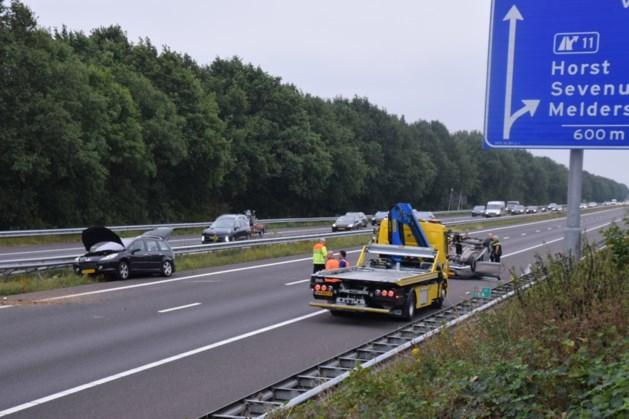 Auto vliegt over de kop op A73 bij Horst