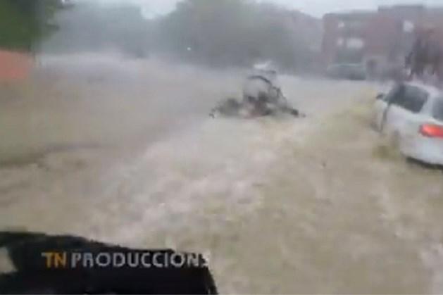 Opmerkelijk: jonge renners in Spanje fietsen bij modderstromen wél door